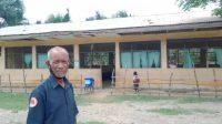 Koordenador Eskola Filial Harekain 1,2, Calistro Salsinha iha areador eskola nian. Foto Tempo Timor.