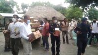 Administradór Munisípiu Covalima Francisco de Andrade distribui hela hahan bázika ba komunidade afetadu husi inundasaun iha suku Suailoro. Segunda (5/4). Foto Tempo Timor