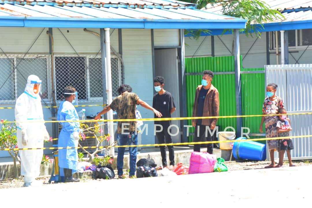 Estudante sira ne'ebé sai husi Dili ba Covalima, hetan dezinfeka husi pesoál saúde sira molok ba hela iha izolamentu Suai. Sesta (9/4). Foto Tempo Timor.